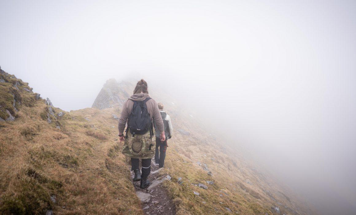 Vi balancerer på ryggen af bjerget, med ret lav sigtbarhed